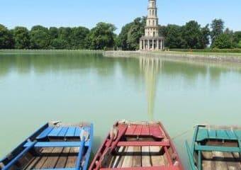 Plan d'eau et barques autour de la Pagode de Chanteloup
