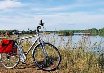 Vélo sur les bords de Loire, avec des sacoches à l'arrière