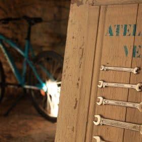"""Gîte """"La Ruelle des jardins"""". """"L'atelier vélo"""", local avec outils de réparation pour vélos"""