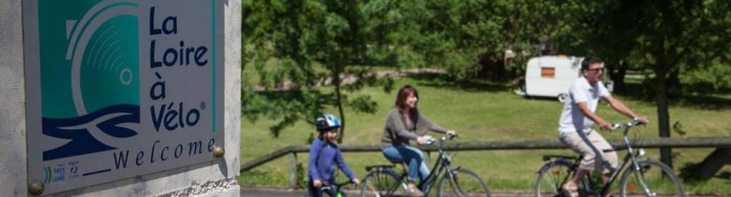 Cyclistes et plaque La Loire à Vélo