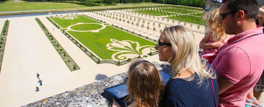 Famille sur une terrasse au château de Chambord