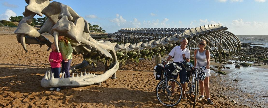 Une plage avec une famille à vélo