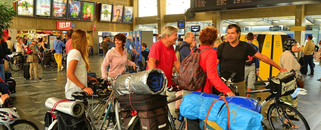 Cyclistes dans la gare