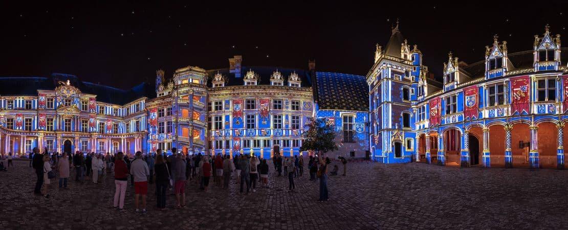 La façade illuminée par le son et lumière au château royal de Blois