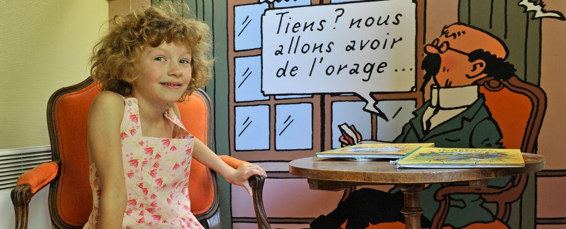 Petite fille à Cheverny avec le Professeur Tournesol - Exposition Tintin