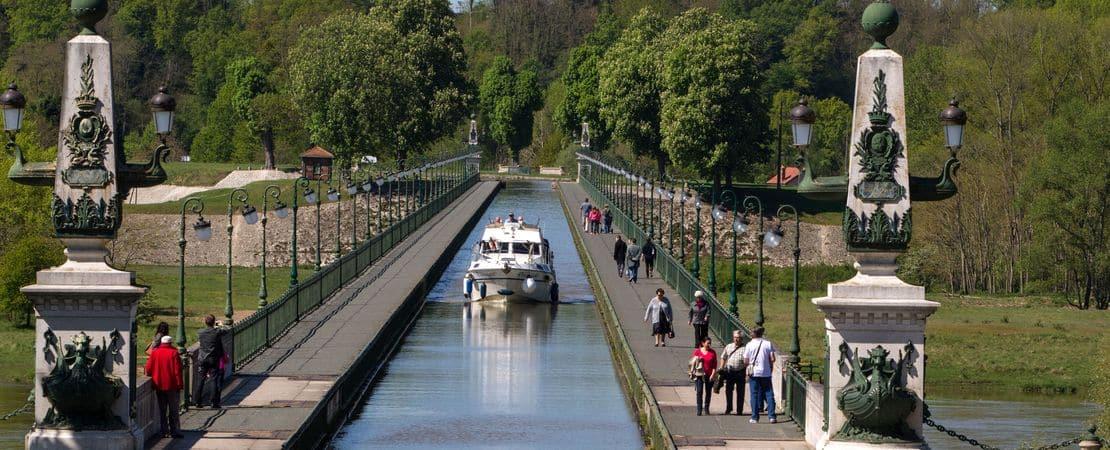 Bateau de plaisance sur le Pont Canal de Briare
