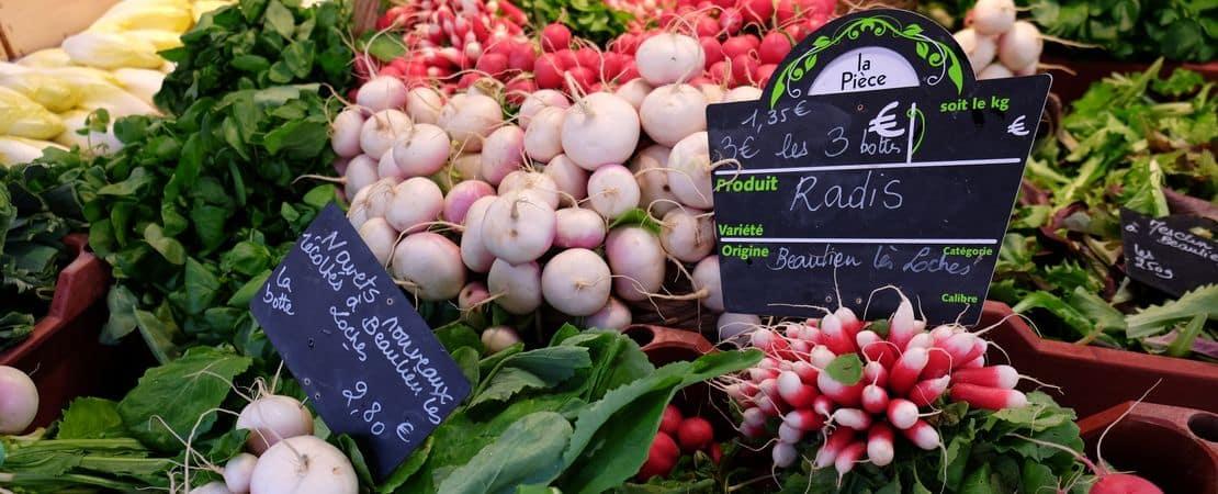 Étalage de légumes au marché de Loches