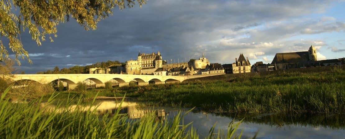 Le château d'Amboise vu depuis l'autre rive de la Loire