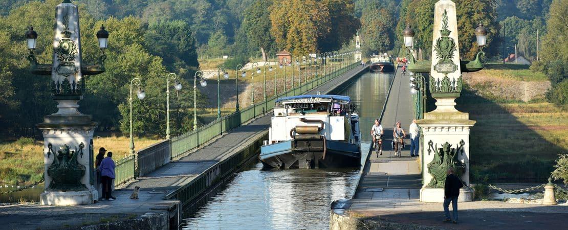 Vue sur des bateaux sur le Pont canal
