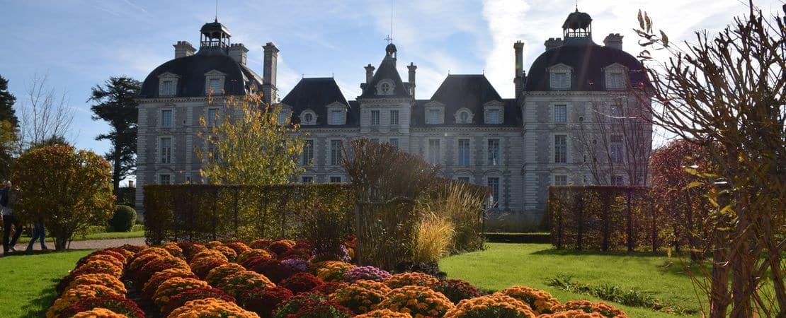 Vue sur le devant du château en automne
