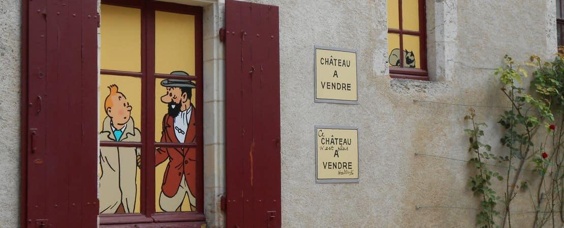 Vue sur une fenêtre derrière laquelle se trouve Tintin