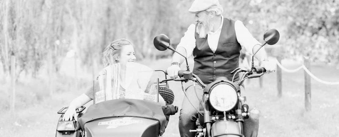 Couple dans un side-car, sur une route de campagne